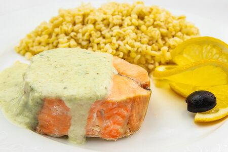 Медальоны из лосося под соусом тартар с булгуром