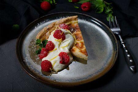 Ванильный тарт с малиной и йогуртовым соусом