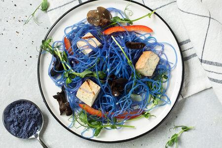 Голубая фунчоза с грибами муэр