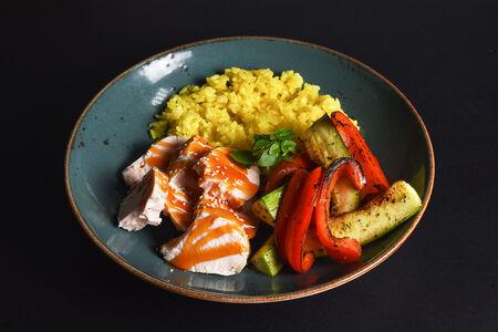 Курица с рисом карри и овощами на гриле