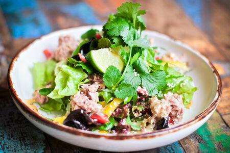 Азиатский салат с тунцом