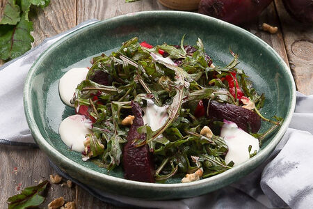 Салат с маринованной свеклой и козьим сыром