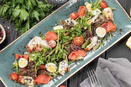 Салат с лососем и копченым угрем