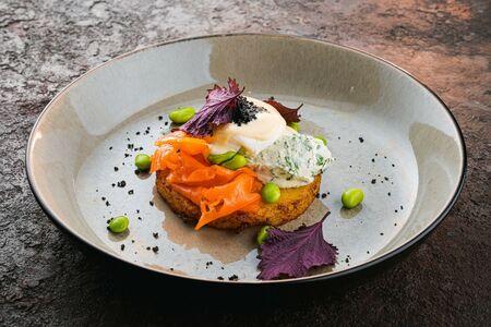 Драник с лососем и яйцом-пашот