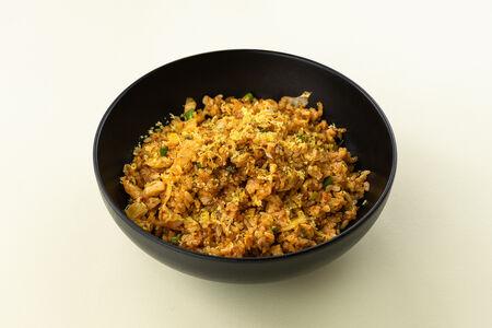Вок с жареным рисом кимчи и яйцом