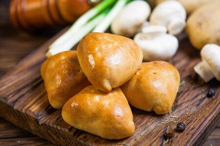 Пирожок с картофелем и грибами