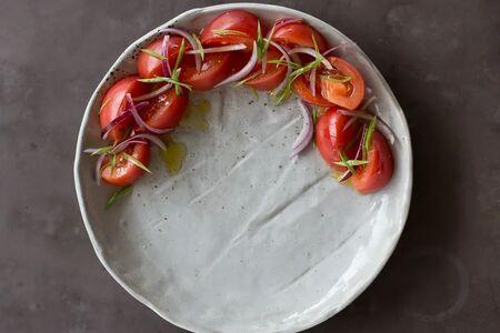 Розовые помидоры с луком