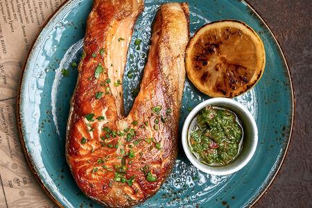 Большой стейк из лосося