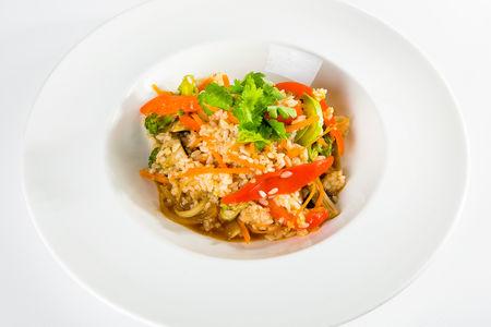 Жареный рис с овощами в остром соусе