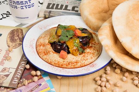 Хумус с хрустящим баклажаном и сладким чили