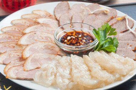 Ассорти из пряной говядины Ню, свинины Чжу и китайского холодца