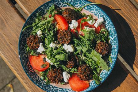 Салат с мини-фалафелем
