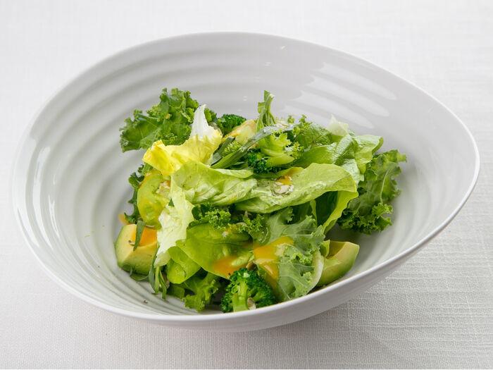 Салат из латука, кейла, авокадо и соусом из печеных овощей