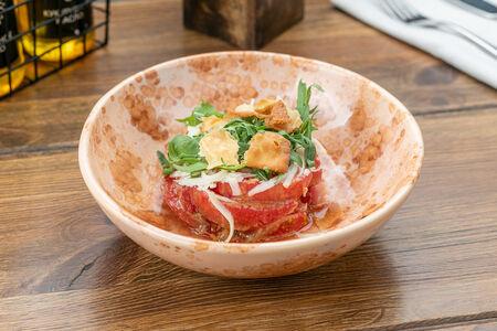 Салат с розовыми помидорами