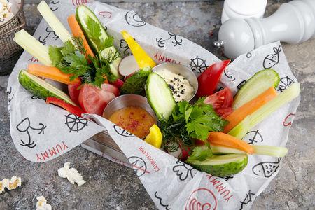 Свежие овощи с хумусом и ореховым соусом