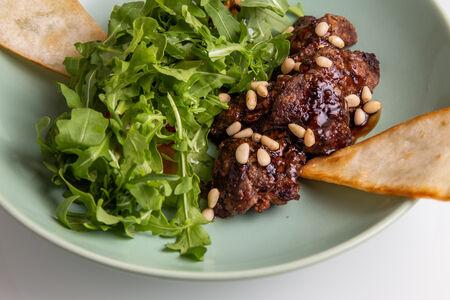 Салат с рукколой и куриной печенью