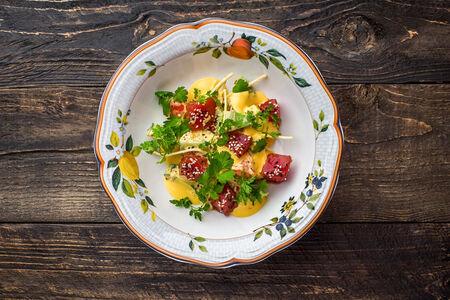 Салат с тунцом, авокадо, кинзой