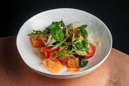 Салат из свежих овощей с фенхелем и авокадо