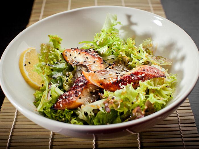 Салат с теплым угрем