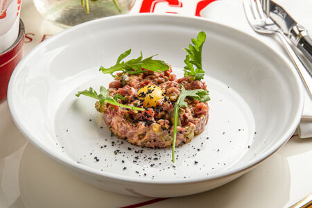 Тартар из говядины с картофелем фри
