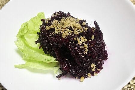 Салат из отварной свеклы с черносливом и грецким орехом