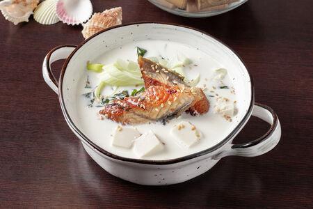 Сливочный суп с угрем и водорослями