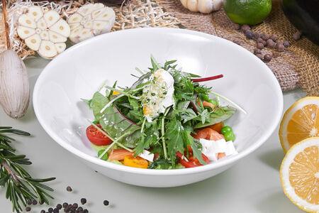 Салат с лососем и хумусом