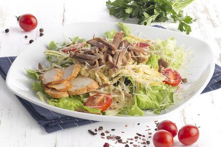 Салат с языком, курицей, омлетом и жареными грибами