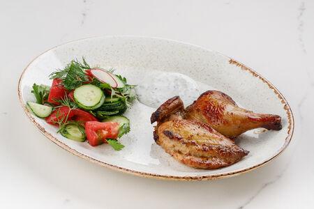 Цыпленок корнишон с овощным салатом