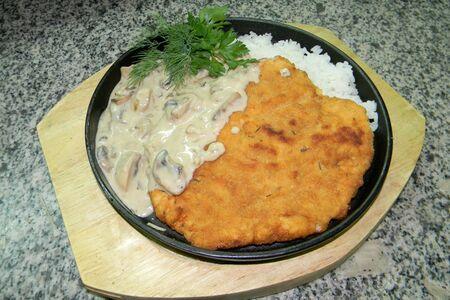 Шницель из филе цыплёнка с рисом под грибным соусом