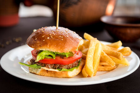 Бургер с курицей с картофелем фри