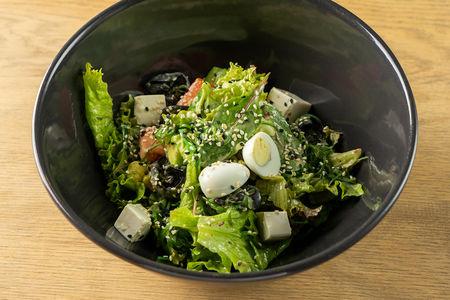 Салат с тофу, чукой, грибами муэр