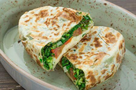 Кок-самса с сулугуни и зеленью