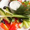 Фото к позиции меню Салат Овощное ассорти с соусом дзадзыки