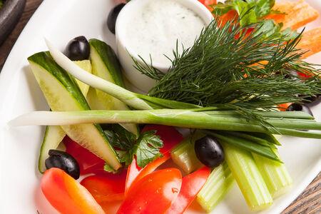 Салат Овощное ассорти с соусом дзадзыки