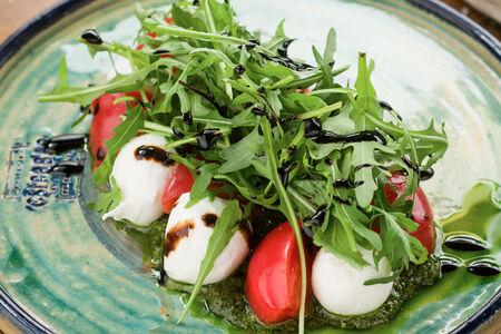 Салат с томатами и мини-моцареллой