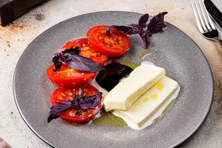Розовые томаты с сыром сулугуни