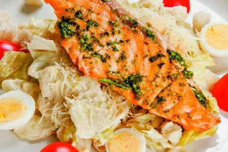 Салат Цезарь с лососем