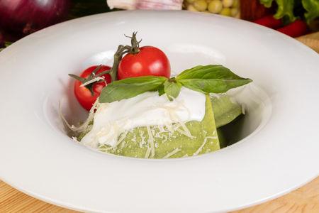 Равиоли с рикоттой и шпинатом  под сливочным соусом