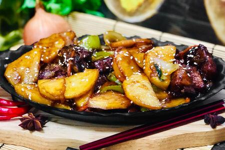 Тушеные свиные рёбрышки с картофелем