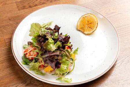Салат с киноа, апельсином и кунжутным маслом