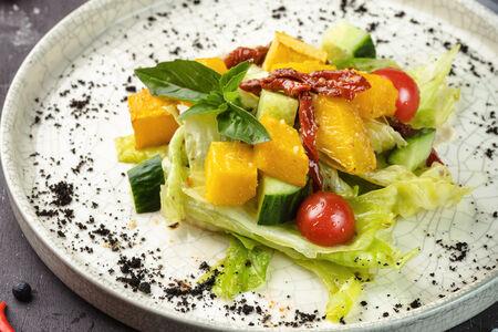 Салат с вялеными томатами, тыквой и кремом из сельдерея