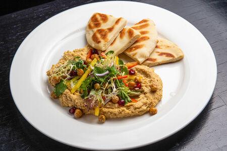 Хумус с зернами граната и теплой питой