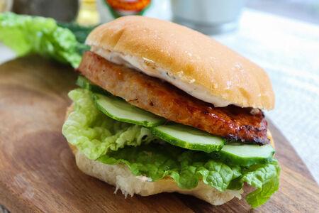 Татбургер с курицей и огурцом