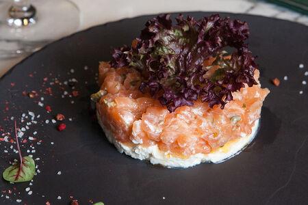 Тар-тар из лосося с копченой брынзой