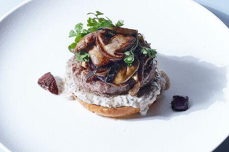 Бифбургер с белыми грибами и трюфельным кремом