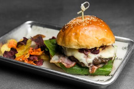 Блючизбургер с горгонзолой и вишневым луком