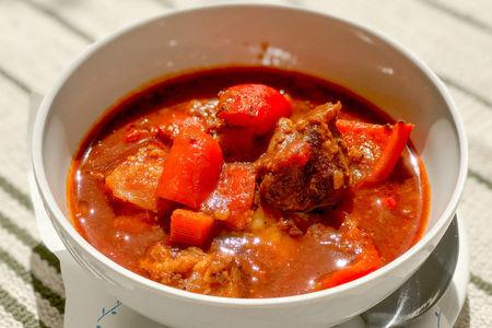 Пряный суп с говядиной, овощами и паприкой