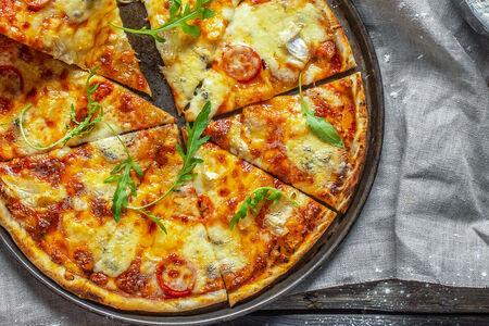 Пицца с четырьмя видами сыра
