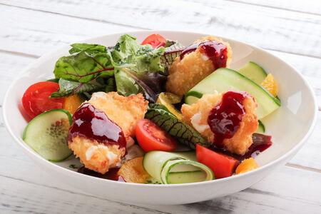 Салат с жареным сыром и овощами
